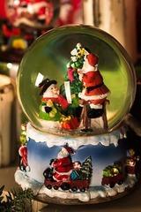 Шар со снегом музыкальный Дед Мороз со снеговиком у елки