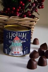 Банка шоколадных конфет с Вашим именем Собака в снегу