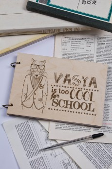 Блокнот с деревянной обложкой с Вашим текстом «Too cool for school»