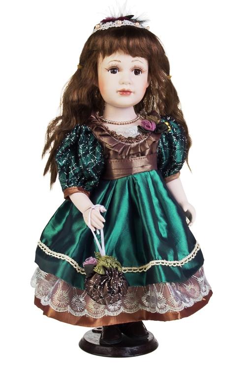 Кукла Кареглазая малышкаФарфоровые куклы<br>Выс=41см, в шляпке, фарфор, текстиль, в изумрудном платье, на подставке<br>
