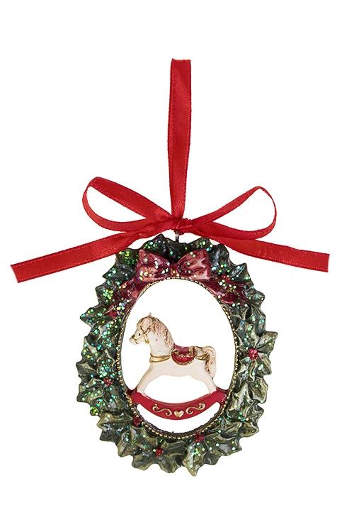 Украшение декоративное Веночек с лошадкойДекоративные гирлянды и подвески<br>Выс=8см, полирезин, зелено-красно-крем., подвесное<br>