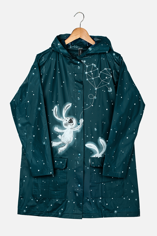 Плащ-дождевик Звездное небоПодарки<br>Плащ-дождевик с капюшоном на кнопках. Спереди имеются два кармана. Сделан из специального водоотталкивающего материала. Свободный размер (подходит на российские размеры с 40 по 46).<br>