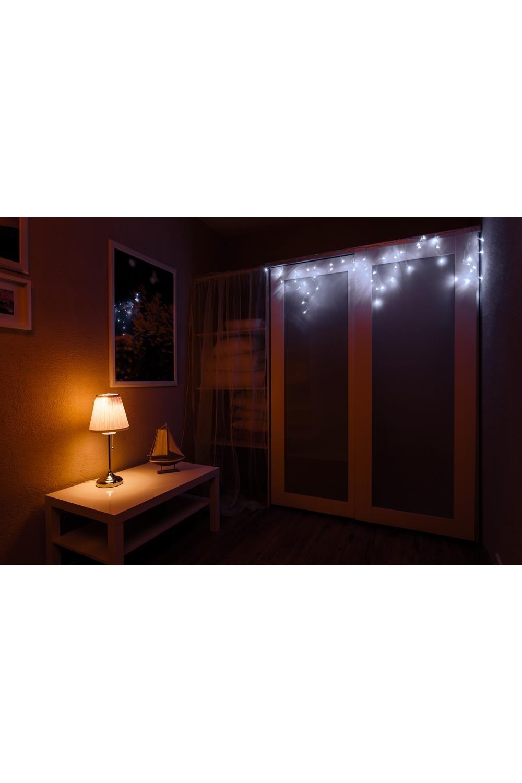Гирлянда 2,4х0,6м, диоды белые БахромаПодарки на Новый год 2018<br>При длине 2,4 метра гибкая направляющая имеет 24 вертикальные нити от 20 до 60 см. <br>Данная гирлянда имеет Белый цвет свечения. Ее особенностью является наличие мерцающих светодиодов Белого цвета, которые привлекают внимание и значительно преображают украшенную поверхность (мерцает каждый пятый светодиод).<br>Гирлянда предназначена для использования как внутри помещения, так и снаружи.<br>