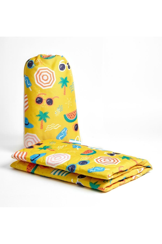 Пляжное покрывало детское Летний отпускДача и Путешествия<br>Коврики выполнены из мягкого стеганого полотна дышашей ткани. На таких ковриках комфортно лежать как взрослым, так и детям. Они хорошо стираются и быстро сохнут, не задерживают песок. Коврики легкие, компактные. Мини коврик упакован в мешочек-рюкзак. Такой коврик удобно взять с собой, отправляясь на морское побережье, дачу или просто пикник. Цвет изделия и вид стежки на мониторе может незначительно отличаться от оригинала. Рюкзак предназначен для переноса пляжного покрывала. Стирать при температуре 30 градусов. Нельзя отбеливать. Материал: полиэстер 100%. Размер: 90*140 см<br>