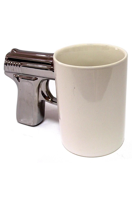 Кружка ПистолетПосуда<br>Кружка для решительных мужчин и смелых женщин. Оригинальный дизайн воронёной ручки, имитирующей рукоять пистолета, делает эту вещицу стильной и заметной в любом интерьере. Кружка объёмом 200мл изготовлена из качественной глазированной керамики и предназначена для холодных и горячих напитков. Материал: керамика<br>