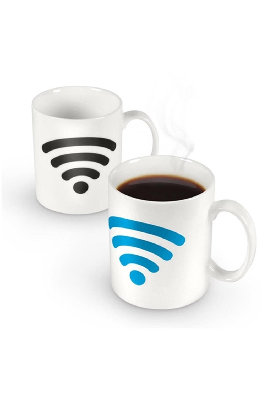 Кружка хамелеон Включи WiFiПосуда<br>Благодаря специальной термочувствительной краске на основе жидких кристаллов кружка имеет двойное, меняющееся при использовании изображение. При наливании горячего напитка значок, обозначающий подключение к системе беспроводной связи Wi-Fi, постепенно окрашивается голубовато-бирюзовым, точно так, как это обычно происходит при настоящем подключении. Материал: Керамика Упаковка: Объём: 300мл Размеры в упаковке: 13*10,5*8,5см<br>