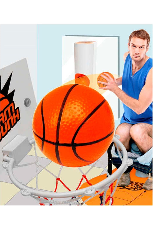 Игра Туалетный БаскетболРазвлечения и вечеринки<br>Напольная игра мини-баскетбол представляет собой набор, при помощи которого можно скрасить время, проведенное в уборной. В набор входят: специальный текстильный коврик, тубус для хранения мячей, три баскетбольных шарика-мячика, щиток с корзиной и дверная табличка с просьбой не беспокоить. Расстелив коврик возле унитаза, расположите напротив себя корзину для мячей, плотно закрепив её при помощи присосок. Достаньте из ёмкости для мячей шары и попытайтесь забросить их все по очереди в корзину.  Материал: пластик, текстиль Размеры: 26 х 26 х 11 см.<br>
