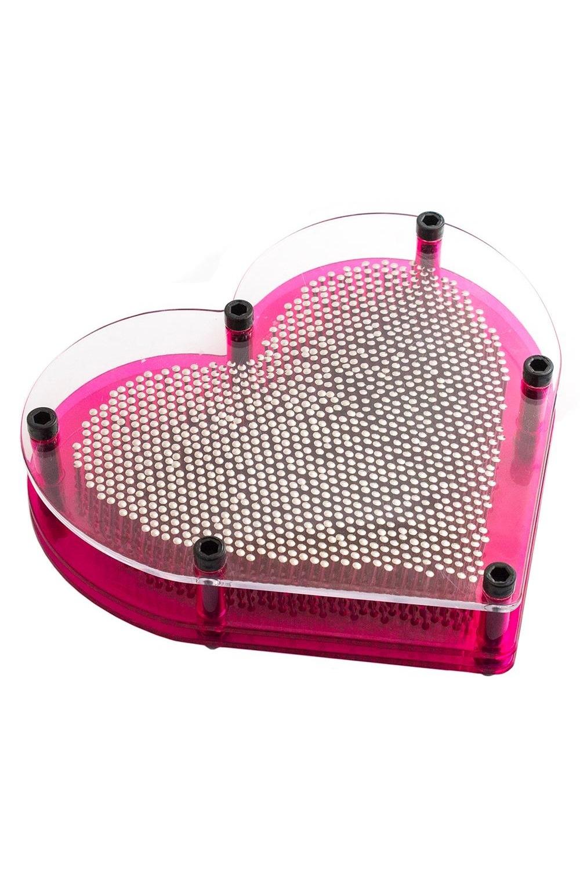 Экспресс-скульптор СердцеИнтерьер<br>Металлические гвоздики свободно движутся в пластиковом основании, позволяя создавать на поверхности фантазийные узоры, отпечатки предметов или целые сюжеты. Тренажёр также оказывает терапевтическое массажное действие, сравнимое с эффектом от акупунктуры. Материал: металл, пластик Размеры изделия: 18х19х5 см<br>