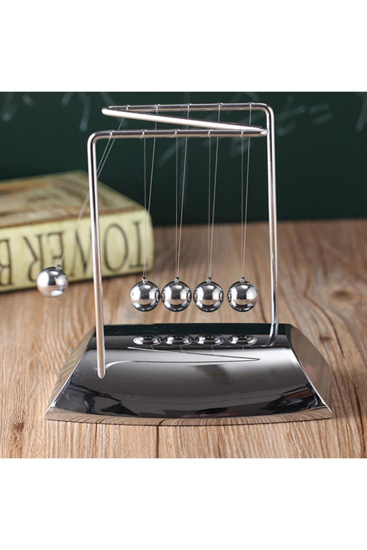 Украшение для интерьера Шары НьютонаИнтерьер<br>Небольшая настольная кинетическая скульптура в собранном виде демонстрирует закон сохранения энергии, открытый Исааком Ньютоном. Достаточно отвести и отпустить один из крайних шариков, и Вы увидите, как это работает. Завораживающее медитативное постукивание блестящих шаров на Вашем столе поможет сосредоточиться при обдумывании или наоборот, расслабиться после тяжелой работы. Материал: металл, пластик Размеры изделия: 18х18х12 см<br>