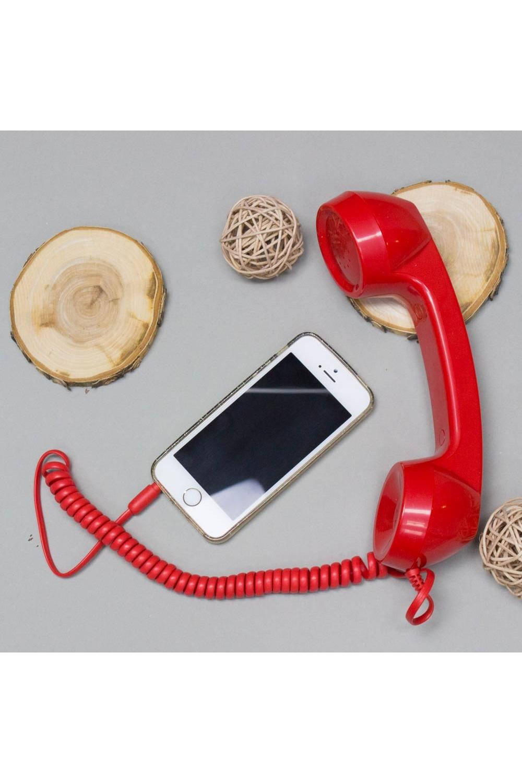 Трубка телефонная CRUZ глянцевая красныйПодарки<br>В каждом смартфоне есть разъем, в который вставляется штекер от наушников. Дизайнеры придумали подключить к нему пластмассовую телефонную трубку с длинным спиральным шнуром. Такую трубку, которая в конце двадцатого века лежала на кнопочном или дисковом телефонном аппарате почти в каждом доме. Сегодня она имеет сравнительно небольшой размер. Комлектация: Трубка и провод (разъем 3,5 мм). Материал: Пластик<br>