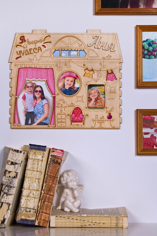 Коллаж с Вашим текстом и фото Кукольный домикУкрашения на стену<br>Сувенир Коллаж - Кукольный домик,  30*45см, дерево, с Вашими фото и текстом<br>