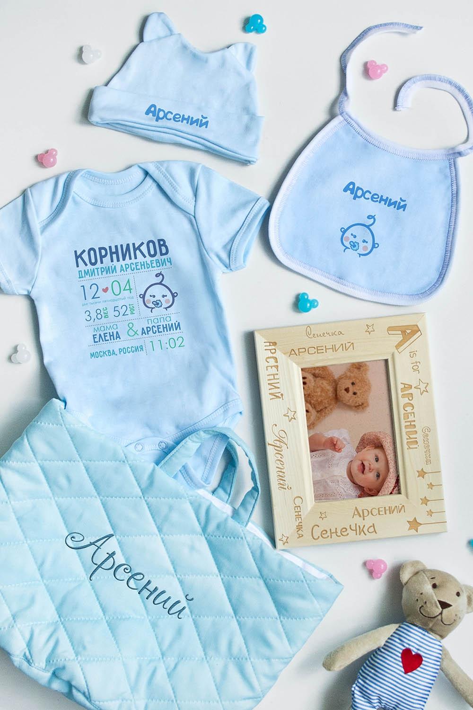 Подарочный набор для малыша с Вашим именем ИмяПодарки<br>Корзина для новорожденного мальчика c именными подарками, 5 предметов: корзина с именной вышивкой, боди с именем (размер 62), шапочка с именем (размер 64), слюнявчик с именем, деревянная фоторамка с именем (размер 10х15).<br>