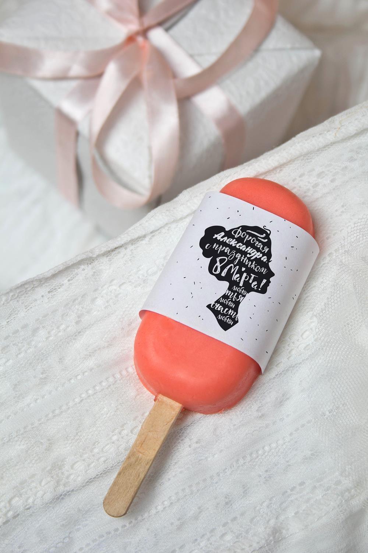 Мыло Ягодное НезнакомкаНаборы для ванной<br>Мыло глицериновое в форме Эскимо для ухода за кожей истинных ценителей мороженого. Содержит экстракты клубники, клюквы, масло персика, кокоса и авокадо. Продукт не содержит парабенов и силиконов, PEG. Вес: 100гр.<br>
