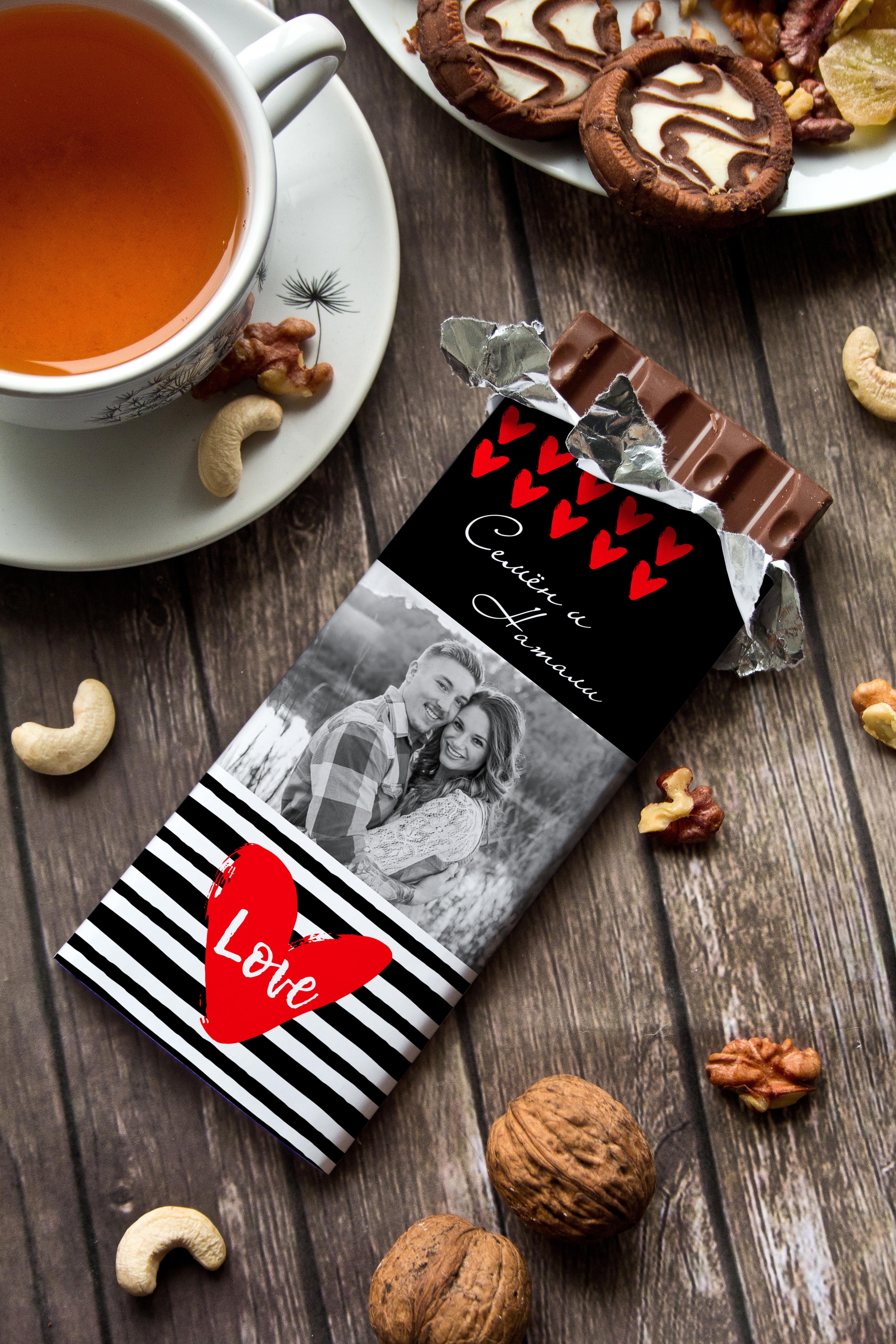 Шоколад с Вашим именем Живи, Смейся, ЛюбиПодарки ко дню рождения<br>Молочный шоколад с изюмом и орехами в персональной именной упаковке будет приятным сувениром для сладкоежки! Масса - 90г.<br>