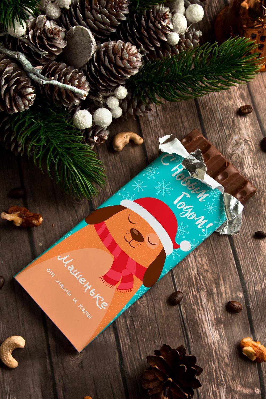 Шоколад новогодний с Вашим именем ПёсикСувениры и упаковка<br>Молочный шоколад с изюмом и орехами в персональной именной упаковке будет приятным сувениром для сладкоежки! Масса - 90г.<br>