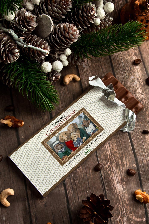 Шоколад с Вашим именем Парадный портретСувениры и упаковка<br>Молочный шоколад с изюмом и орехами в персональной именной упаковке будет приятным сувениром для сладкоежки! Масса - 90г.<br>