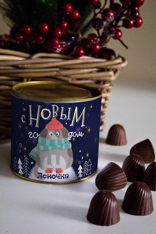 Банка шоколадных конфет с Вашим именем Собака в снегуСувениры и упаковка<br>Банка шоколадных конфет с Вашим именем, 130г (8 конфет ассорти). Размер банки: 9*10см.<br>