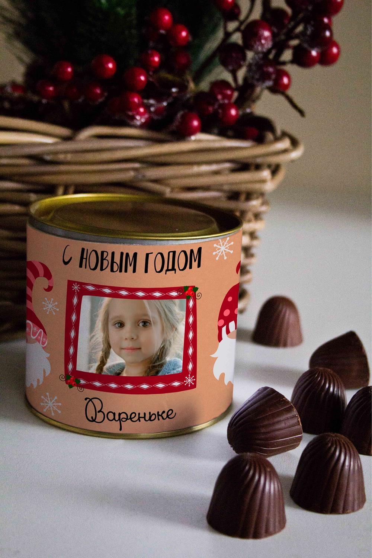 Банка шоколадных конфет с Вашим именем ГномикиСувениры и упаковка<br>Банка шоколадных конфет с Вашим именем, 130г (8 конфет ассорти). Размер банки: 9*10см.<br>