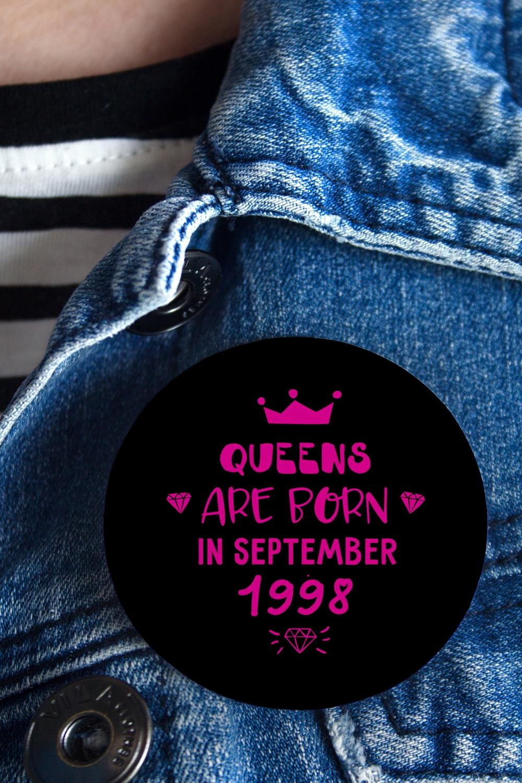 Значок с Вашим текстом КоролеваСувениры на День рождения<br>Значок на булавке с Вашим текстом, Д=56мм<br>