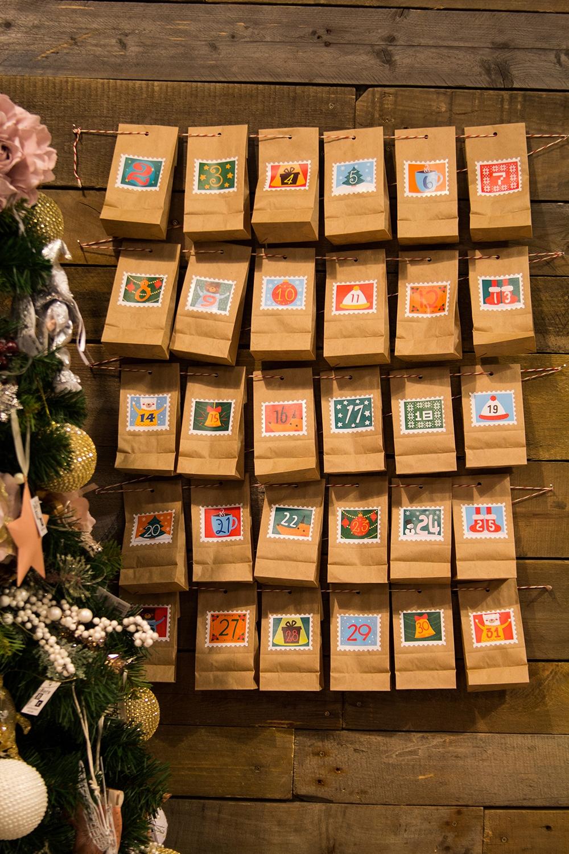 Адвент - календарь с заданиями Весёлый годРазвлечения и вечеринки<br>Самое приятное в любом празднике - это его ожидание. А с нашим новогодним адвент календарем  отслеживать время, оставшееся до самого главного и любимого праздника в году - Нового Года, станет значительно веселее. Комплект включает себя  30 конвертов для небольших подарков и 30 интересных предновогодних заданий для детей.<br>