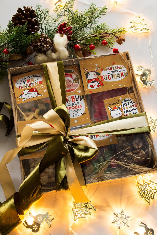 Сладкий подарочный набор с Вашим текстом Ми-ми-миСувениры и упаковка<br>Сладкий подарочный набор с Вашим текстом и фото, 6 предметов, размер упаковки 30*30см. Состав: Мармелад-кости белые, 200г; Мармелад-кости красные, 200г; Мармелад-мишки, 200гр; cладкая смесь, 150г ; грецкий орех, 100г; шоколад молочный с орехом и изюмом, 90г.<br>