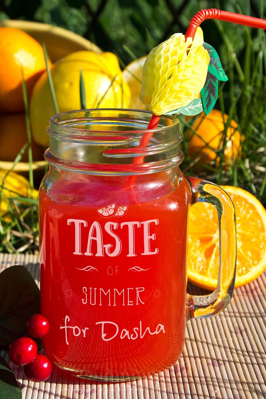 Кружка-банка с Вашим текстом Mason Jar Taste of summerПодарки ко дню рождения<br>Оригинальная кружка в форме банки с Вашим именем, 488мл, Выс=13см, материал: стекло<br>