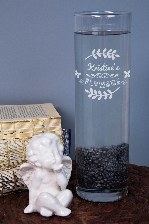Ваза для цветов с Вашим текстом FlowersСтеклянные вазы и кашпо<br>Приподнесите дорогому человеку букет в красивой вазе с персональной гравировкой. Материал: стекло. Высота 26,5см.<br>