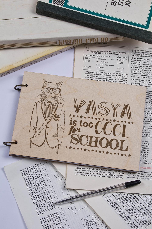 Блокнот с деревянной обложкой с Вашим текстом Too cool for schoolБлокноты<br>Блокнот с деревянной обложкой, 48 листов, в клетку, с нанесением текста<br>