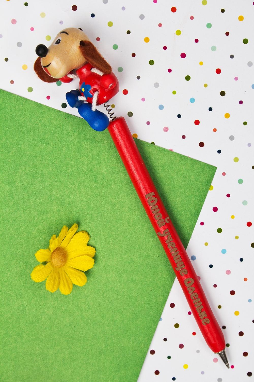 Ручка шариковая с Вашим текстом СобачкаРучки и карандаши<br>Оригинальная шариковая ручка с персональной надписью станет замечательным подарком ребенку. Материал: дерево. Цвет: красный<br>