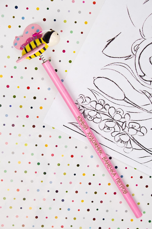 Карандаш с Вашим именем ПчелкаУчеба и работа<br>Именной карандаш с весёлой игрушкой - достойный подарок юному художнику. Дерево, розовый<br>