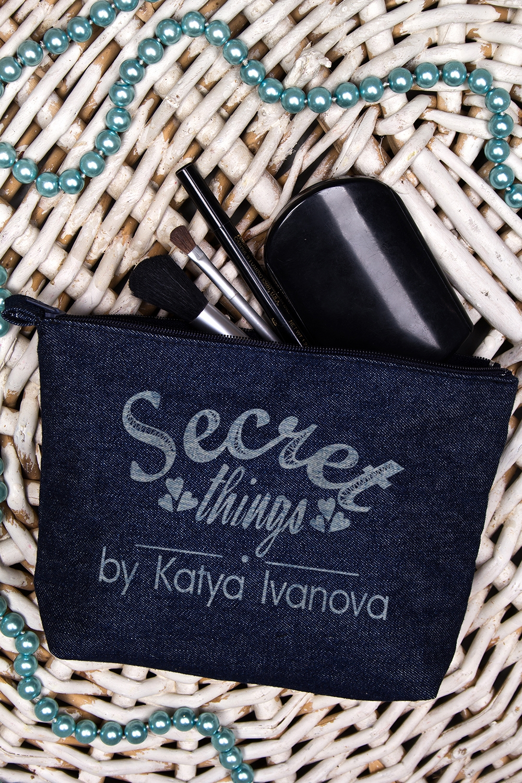 Косметичка джинсовая с Вашим именем Secret thingsШкатулки и наборы по уходу<br>Именная косметичка - великолепный подарок девушке или женщине на любой случай. Размер 20*13см, материал: джинса, цвет:синий.<br>