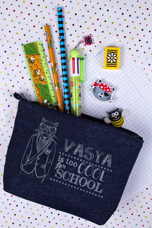 Пенал джинсовый с именной гравировкой Too cool for schoolПеналы<br>Именной пенал - великолепный подарок ребенку. Размер 20*13см, материал: джинса, цвет:синий.<br>