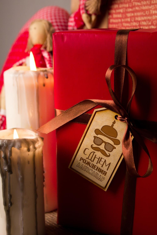 Деревянная бирка с персональной гравировкой МистерПодарки на день рождения<br>Стильная деревянная бирка с индивидуальной гравировкой подчеркнет уникальность Вашего подарка. Размер 9*5,1см. Материал: дерево.<br>