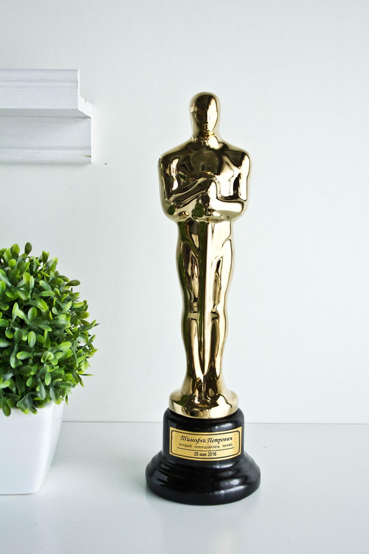 Статуэтка Оскар с именной гравировкой ЛучшемуПодарки<br>Статуэтка с именной гравировкой. Высота 28 см. Материал статуэтки - пластик, материал постамента - керамика. Цвет - Золото. Вес 300 гр.<br>