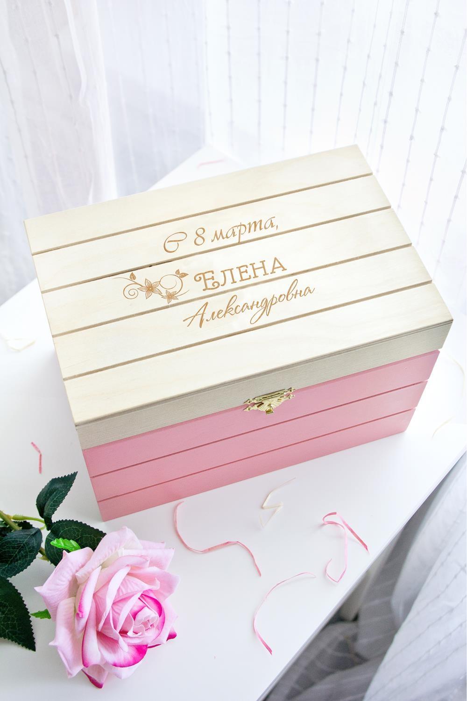 Шкатулка с именной гравировкой С 8 мартаШкатулки и наборы по уходу<br>Шкатулка реечная с именной гравировкой, размер 15*23*15см, дерево, цвет: розовый<br>