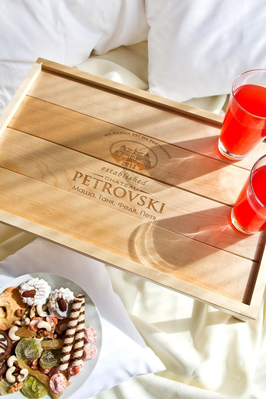 Фото Столик для завтрака с именной гравировкой