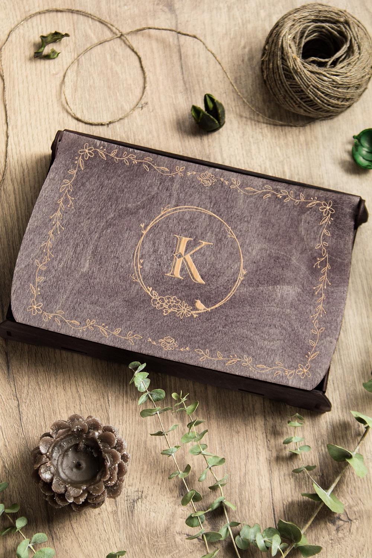 Подарочный набор чая и мармелада с Вашим текстом Весеннее настроениеПодарки<br>Набор с чаем и мармеладом, 3 предмета (чай черный: 100г, мармелад Мишки: 200гр, подарочная коробка с именной гравировкой  26,5*17*5см)<br>