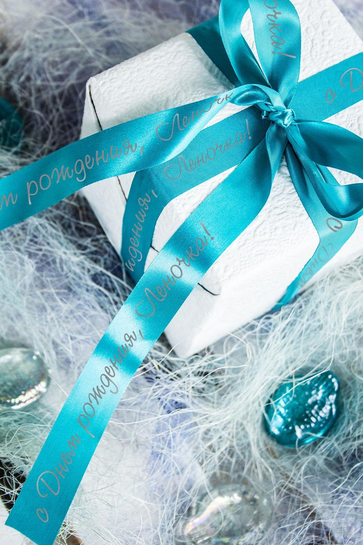 Лента упаковочная с Вашим текстом ИменнаяУпаковочные ленты<br>Сатиновая лента для упаковки подарков c нанесенной персональной надписью или пожеланием. Длина 160см, ширина 2см. Цвет: морская волна.<br>