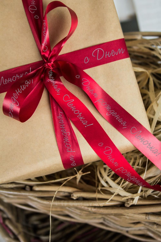 Лента упаковочная с Вашим текстом ИменнаяУпаковочные ленты<br>Сатиновая лента для упаковки подарков c нанесенной персональной надписью или пожеланием. Длина 160см, ширина 2см. Цвет: темно-красный<br>