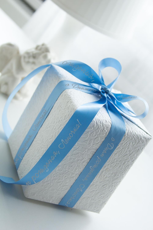 Лента упаковочная с Вашим текстом ИменнаяУпаковочные ленты<br>Сатиновая лента для упаковки подарков c нанесенной персональной надписью или пожеланием. Длина 260см, ширина 2см. Цвет: голубой.<br>