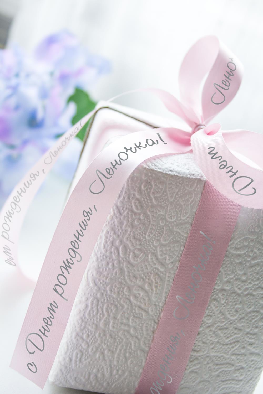 Лента упаковочная с Вашим текстом ИменнаяУпаковочные ленты<br>Сатиновая лента для упаковки подарков c нанесенной персональной надписью или пожеланием. Длина 260см, ширина 2см. Цвет: розовый<br>