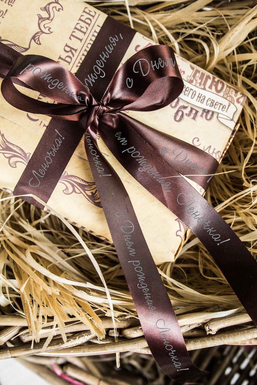 Лента упаковочная с Вашим текстом ИменнаяСувениры и упаковка<br>Сатиновая лента для упаковки подарков c нанесенной персональной надписью или пожеланием. Длина 460см, ширина 2см. Цвет: коричневый.<br>