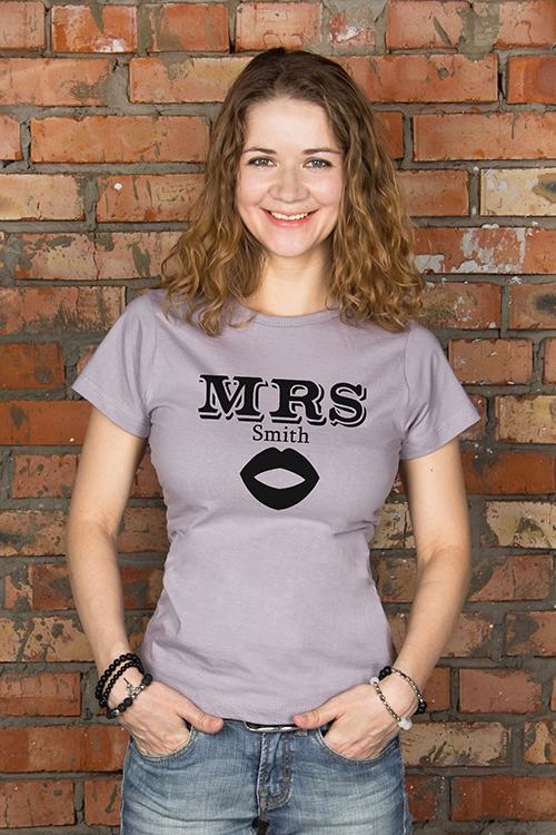 Футболка женская с вашим текстом Mr &amp; Mrs SmithПодарки<br>100% хлопок, серая, с нанесением текста<br>