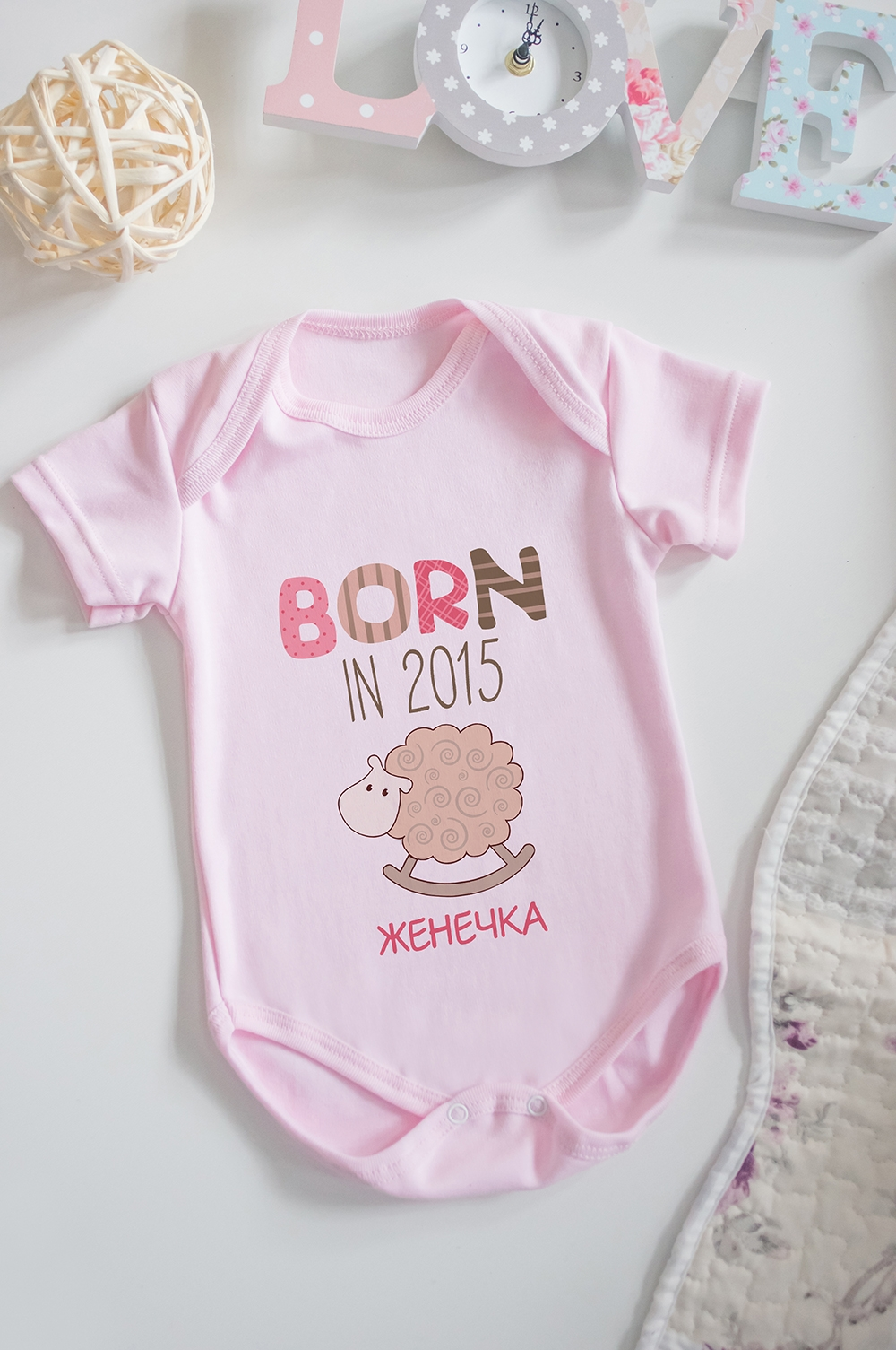 Боди для малыша с вашим текстом Born in 2015Оригинальные и Необычные подарки<br>100% хлопок, розовое, с нанесением текста<br>