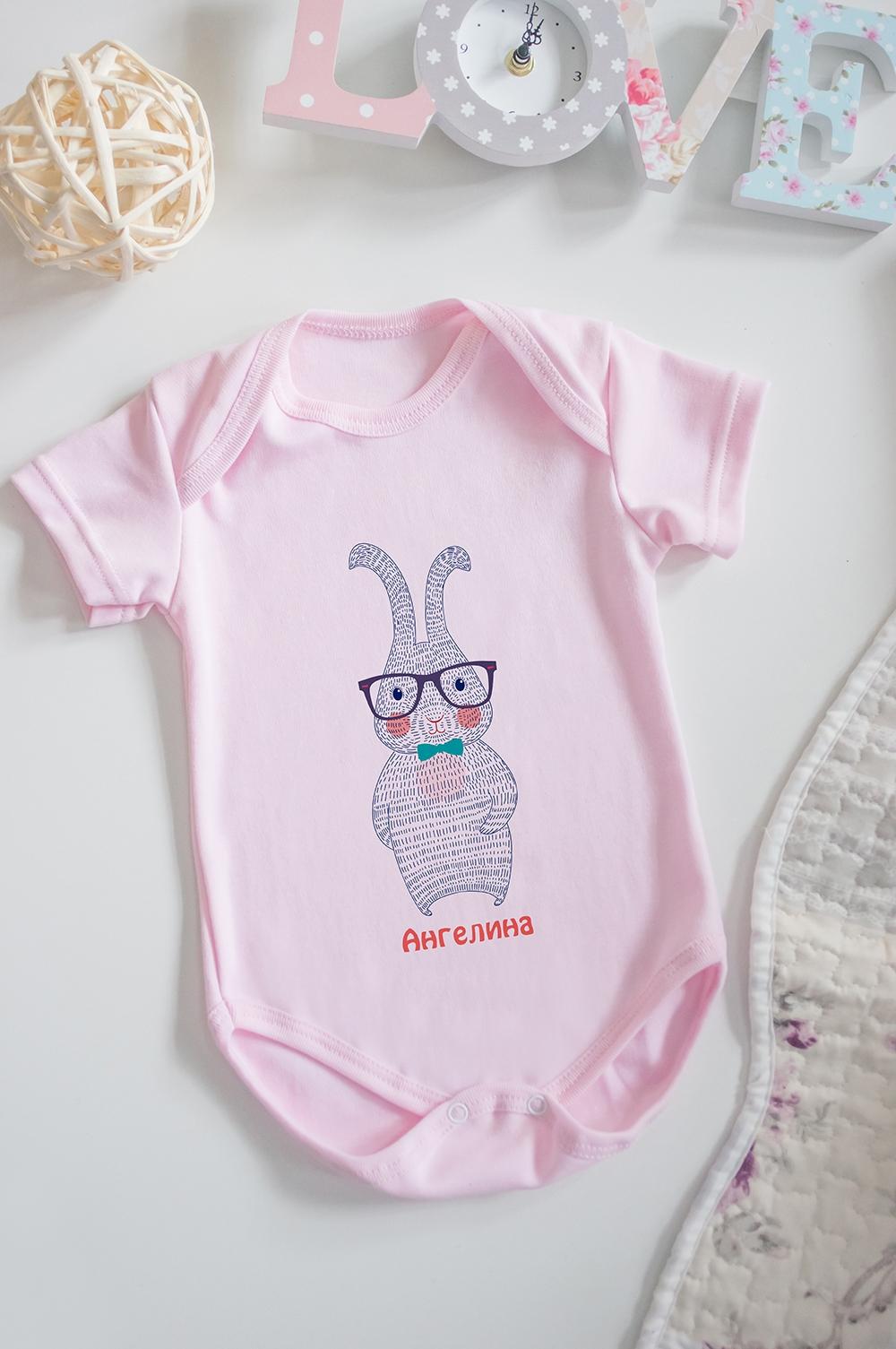 Боди для малыша с вашим текстом ЗайкаПерсональные подарки с Вашим именем<br>100% хлопок, розовое, с нанесением текста<br>