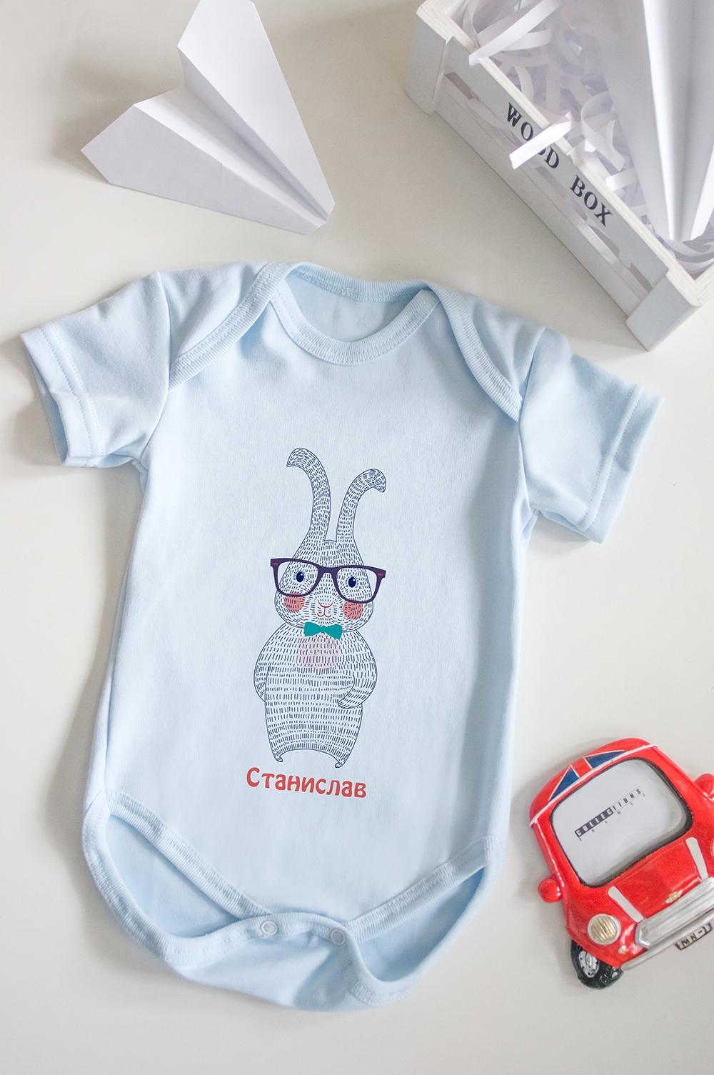 Боди для малыша с вашим текстом ЗайкаПерсональные подарки с Вашим именем<br>100% хлопок, голубое, с нанесением текста<br>