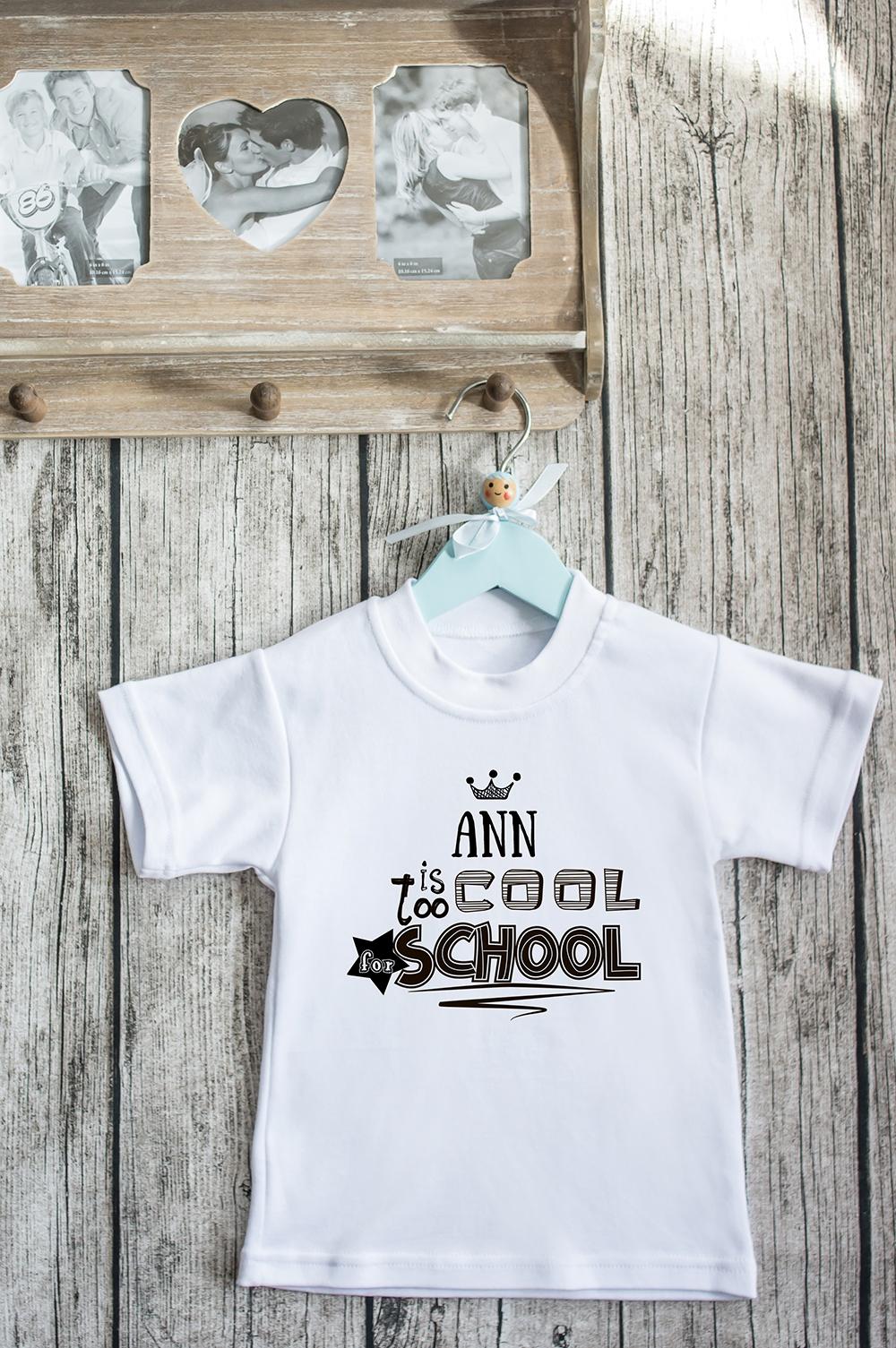 Футболка детская с вашим текстом Too cool for schoolПодарки ко дню рождения<br>100% хлопок, белая, с нанесением текста. Товар является маломерным<br>