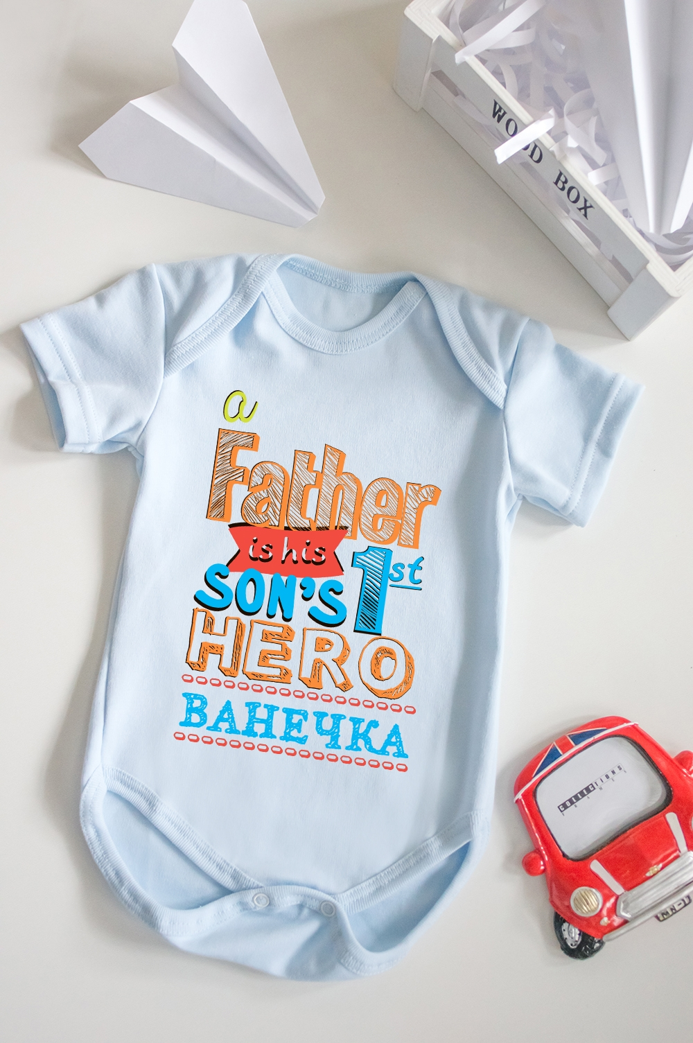 Боди для малыша с вашим текстом HeroПодарки<br>100% хлопок, голубое, с нанесением текста<br>