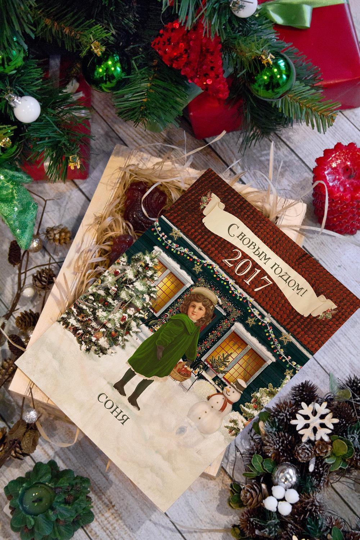 Леденцы в ящике с Вашим текстом РождествоПодарки<br>7 леденцов в форме петушка в ящике с нанесением персонального текста. Размер ящика 28*21*11см<br>