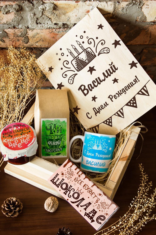 Набор сладостей с Вашим текстом Пожелания на День РожденияСувениры и упаковка<br>Набор именных сладостей в персональной подарочной коробке, 5 предметов (чай чёрный: 100г, клубничное варенье: 200г, молочный шоколад с изюмом и орехами: 90г, кружка с Вашим текстом, подарочная коробка с Вашим текстом).<br>